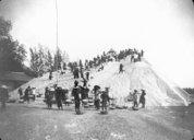 Mise en tas du sel à Comai en Indochine 1920