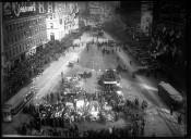 [Course automobile New York - Paris, inspection des voitures avant le départ de Times Square] : [photographie de presse] / [Agence Rol]