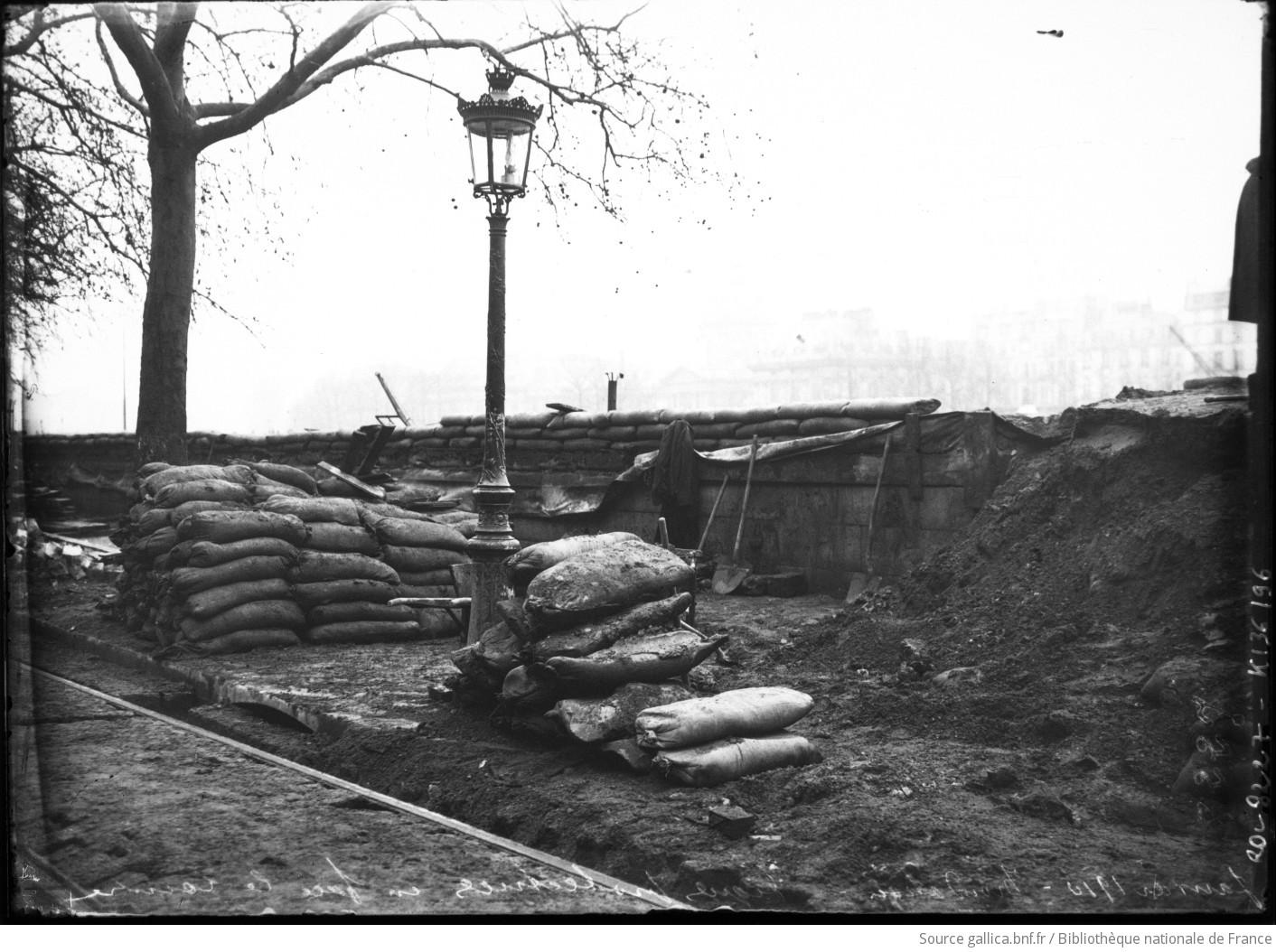 Janvier 1910 inondation digues protectrices en face le louvre paris 1er a - Sac de sable inondation ...