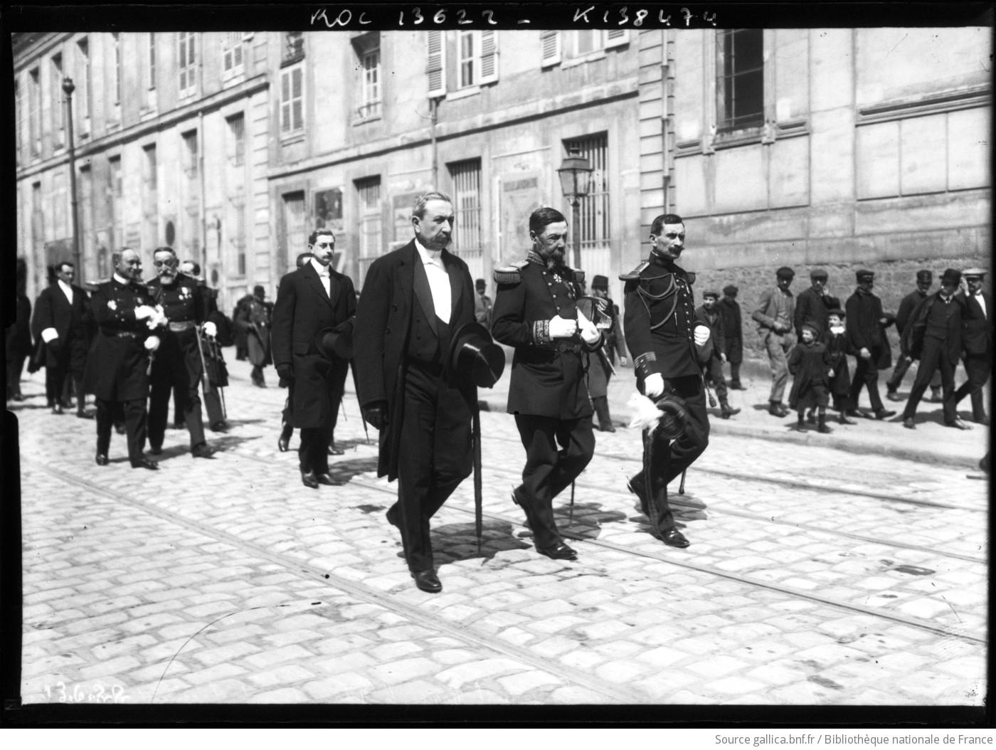 Berteaux, ministre de la Guerre, le Général Roque, le représentant du Président de la République, obsèques du Lieut. [Lieutenant] de vaisseau Byasson, 19/04/11 : [photographie de presse] / [Agence Rol]