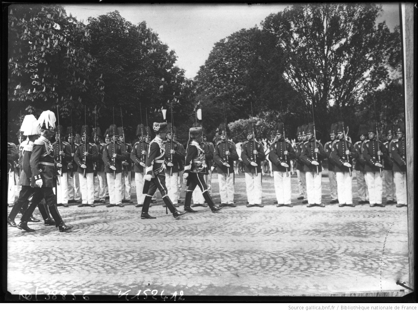 Guillaume II et le duc de Brunswick lors d'une revue militaire en 1914, photographie de presse.