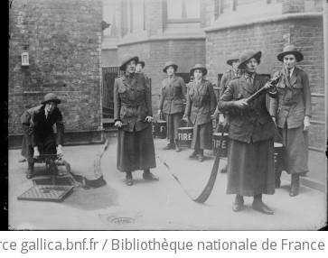 Les femmes [pompiers] en Angleterre : [photographie de presse] / [Agence Rol]