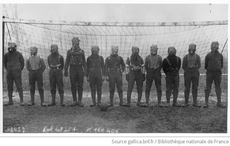 Tommies jouant au football avec des masques contre le gaz : [photographie de presse] / [Agence Rol]