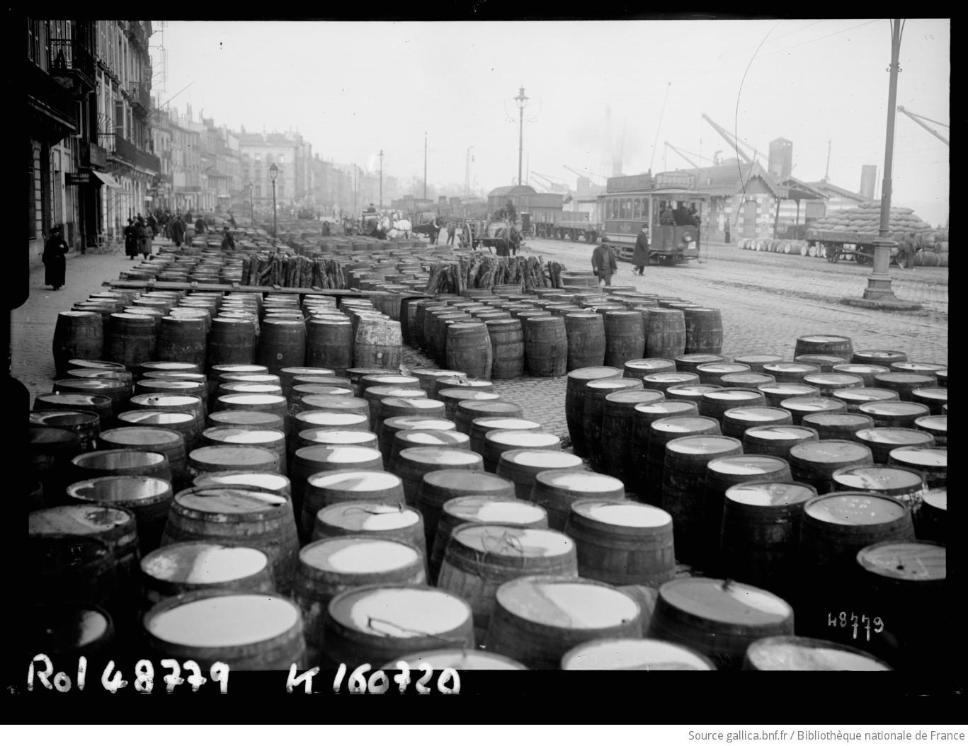 Les quais de Bordeaux [stockage de tonneaux] : [photographie de presse] / [Agence Rol] - 1
