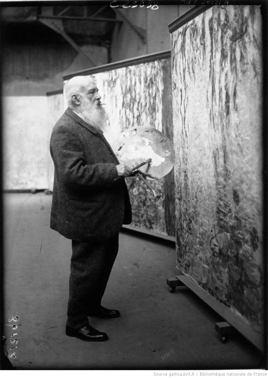 Claude Monet, peintre, dans son atelier : [photographie de presse] / Agence Meurisse - 1