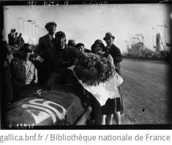 Grand prix de Tunisie : Brilli Peri sur Alfa Roméo après sa victoire : [photographie de presse] / Agence Meurisse