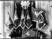 Drapeaux polonais offerts par les villes de Paris, Verdun, Nancy. De droite à gauche : pavillon de l'aviation et drapeau de l'artillerie  Agence Meurisse. 1918