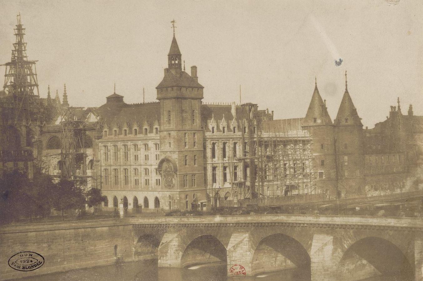 Le palais de Justice et le pont au Change, vus du quai de Gesvres, vers 1853. Attribué à Gustave Le Gray (1820-1884)