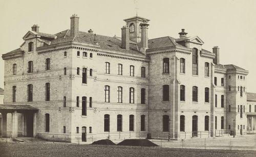 [Bâtiment de l'asile Sainte-Anne] / Charles Marville