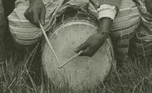 Chants (solo ou choeur), énumérations, récits. Instruments : flûte, sifflet, hochet, sonnailles, cloches frappées (dont des cloches de fer gankeke), tambours (dont un tambour royal hounga). Battements de mains (8 disques)