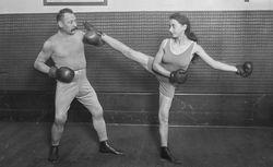 [Charles] Charlemont [le professeur de boxe française entaînant une femme]] : [photographie de presse] / [Agence Rol]  1921