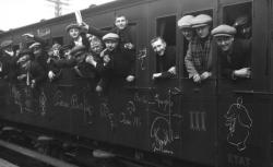 """Accéder à la page """"Départ de la classe 16 à Montparnasse, Agence Rol, 1915"""""""