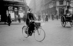 Une femme porteuse de journaux : [photographie de presse] / [Agence Rol]