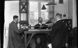 [Enregistrements sonores] Fonds du Musée de la parole et du geste. Hubert Pernot dans son laboratoire pour l'enregistrement de la voix, locaux de la Sorbonne, Paris, 1927 - source : BnF/gallica.bnf.fr