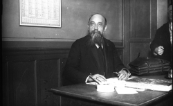 Discours de Nicolae Iorga (historien, professeur à la faculté de Bucarest) et de Constantin Argetoianu (homme politique) / Gallica - Agence Meurisse 1928