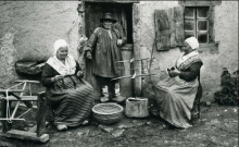 """Accéder à la page """"Mme Solange Rémi, dite la Mère Rémi, 79 ans, cultivatrice à Saint-Chartier, en compagnie de son mari et de sa fille."""""""
