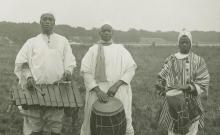 Chants (solo, choeur), récits, énumérations. Tambours, jeu de sokou (vièle) et de balafon. Battements de mains et grelots (8 disques)