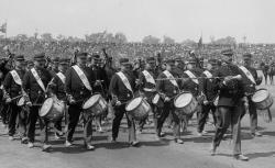 La Musique de la Garde Républicaine est composée d'un orchestre d'harmonie, un orchestre de batterie fanfare et un pupitre de tambours - source : BnF/gallica.bnf.fr