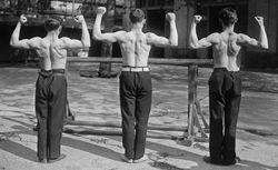 Agence Rol  22/4/20, Ecole normale [militaire de gymnastique de Joinville, athlètes posant]