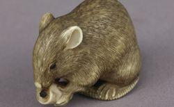 Rat grignotant un morceau de chandelle (netsuke). Smith-Lesouëf objet 80