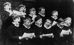 Chants et musiques de Noël [Enregistrements sonores] (ill. : Enfants de choeur préparant un choeur pour Noël : [photographie de presse] / Planet News 1932) - source : BnF/gallica.bnf.fr