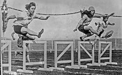Olympiades [féminines] de Monte-Carlo, 74 m haies, miss Wright [à gauche, le 17 avril 1922] : [photographie de presse] / [Agence Rol]