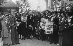 [Exposition internationale des arts et techniques, Paris 1937 : manifestation pour le droit de vote des femmes françaises, devant le micro Louise Weiss] : [photographie de presse]