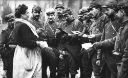 """Accéder à la page """"Pioupious français faisant leurs achats à des marchandes ambulantes - Agence Rol, 1915"""""""