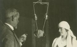 [Enregistrements sonores] Mission phonographique en Roumanie (1928). Enregistrement dans les locaux de la faculté de Bucarest (1928). Hubert Pernot et une interprète - source : BnF/gallica.bnf.fr