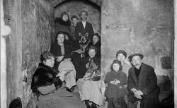 """Accéder à la page """"Une cave de Paris pendant un raid aérien - Agence Rol, 1918"""""""