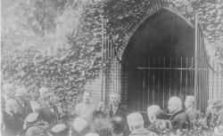 M. Viviani au tombeau de Washington / Agence Rol