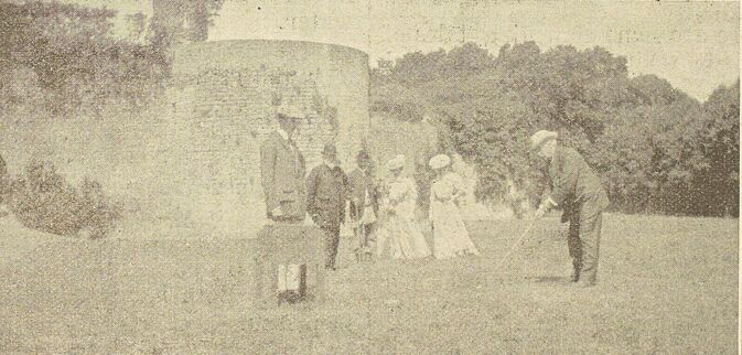 Château d'Hardelot. Le duc d'Argyll jouant le premier trou sur le terrain de golf d'Hardelot. Image publiée à Boulogne-sur-Mer le 29 septembre 1906 dans le journal : The Boulogne and North of France Times
