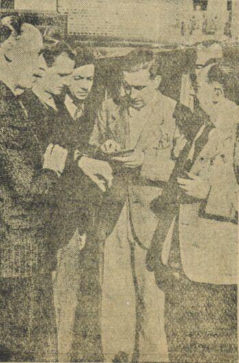 M. Boulard, animateur de l'organe Le Pont, en conversation avec des ouvriers français en Allemagne. Image publiée à Luçon le 23 mai 1942 dans le journal : Le Réveil populaire