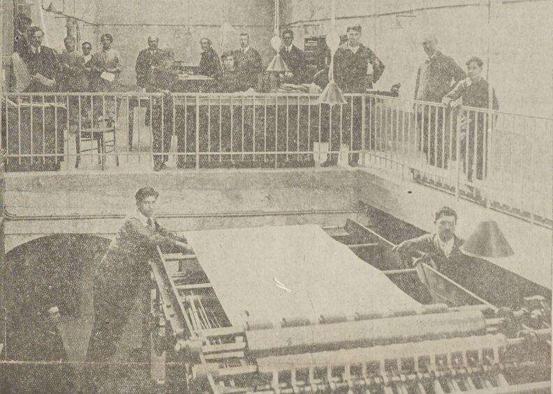 Une vue de nos ateliers le 2 octobre 1926. Tirage de notre premier numéro. Image publiée à Blois le 17 octobre 1926 dans le journal : Le Républicain de Loir-et-Cher