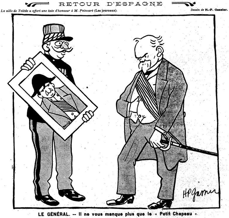 Louis Barthou (président du Conseil), en tenue militaire, tient un portrait de Napoléon, que Raymond Poincaré (président de la République) essaye d'imiter. Image publiée à Paris le 18 octobre 1913 dans le journal : Avanti! : journal politique corse