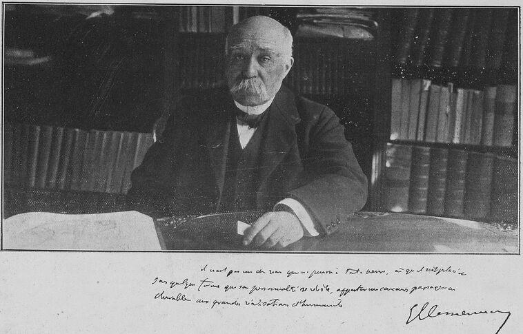 M. Georges Clemenceau à sa table de travail. Image publiée à Niort et Paris en novembre 1919 dans le journal : Le Pays d'Ouest