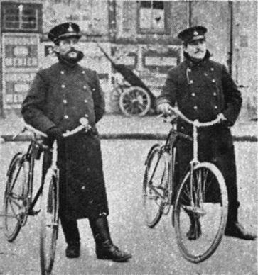 Les agents cyclistes. Image publiée à Angers en janvier/avril 1912 dans le journal : L'Anjou illustré
