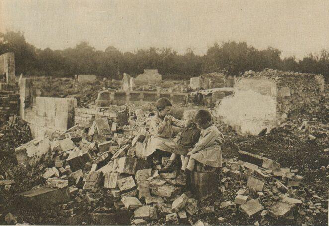 Les à-côtés de la guerre. [enfants] Parmi les ruines. Seuls!... Image publiée à Belley le 10 juin 1917 dans le journal : Croix de l'Ain. Supplément illustré de la semaine