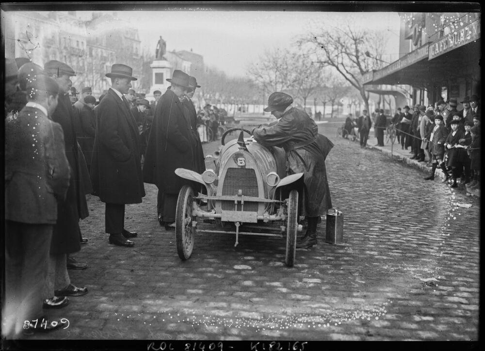 Paris-Nice [course de cyclecars, le 18 février] 1923, Mlle Duforêt à Valence [conduisant une J.G. Sport] : [photographie de presse] / [Agence Rol]