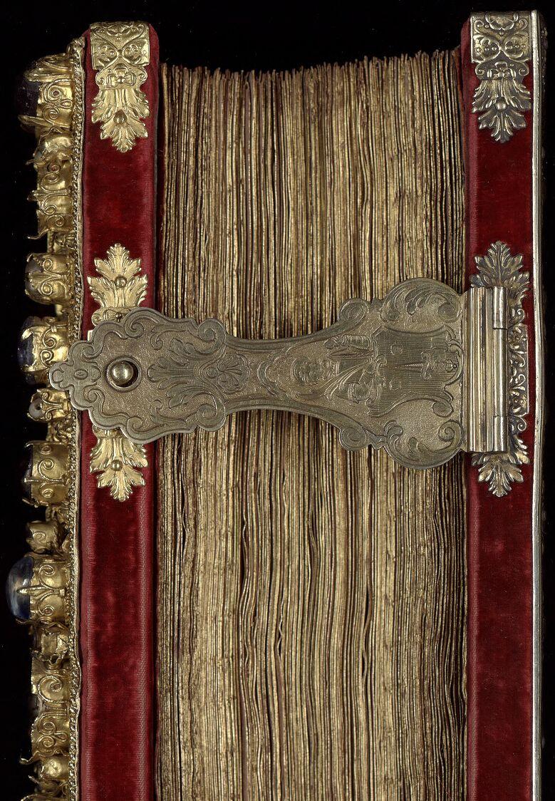 Evangelia quattuor [Evangiles dits de Metz] (2r-241r). — Capitulare evangeliorum (242r-263v).