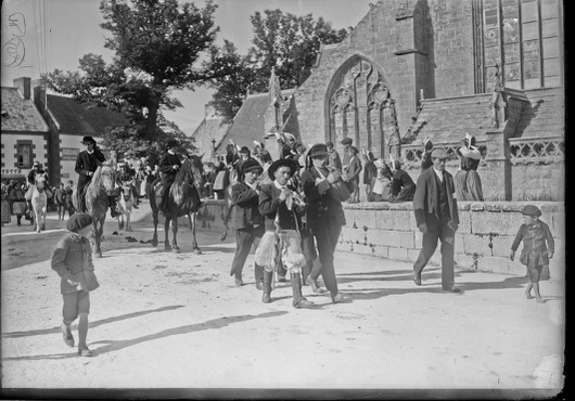 7/8/21, fête des cormorans à St Guénolé [défilé de joueurs de biniou et bombarde devant l'église Saint-Nonna à Penmarch] : [photographie de presse] / [Agence Rol]